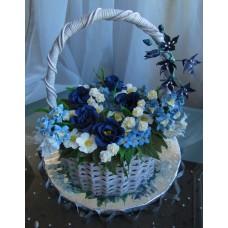 """Торт """"Корзина с синими, белыми и голубыми цветами"""""""