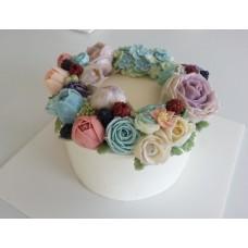 """Торт с цветами из крема """"Ягодки на красивых цветах"""""""