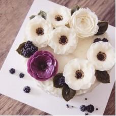 """Торт с цветами из крема """"Ягоды ежевики на цветах"""""""