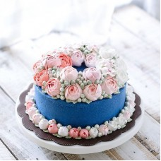 "Торт с цветами из крема ""Розочки на синем фоне"""