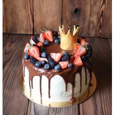 """Торт """"Ягодки и золотая корона"""""""