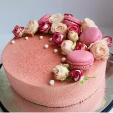 """Торт с велюровым покрытием """"Аппетитные макаруны и розы"""""""